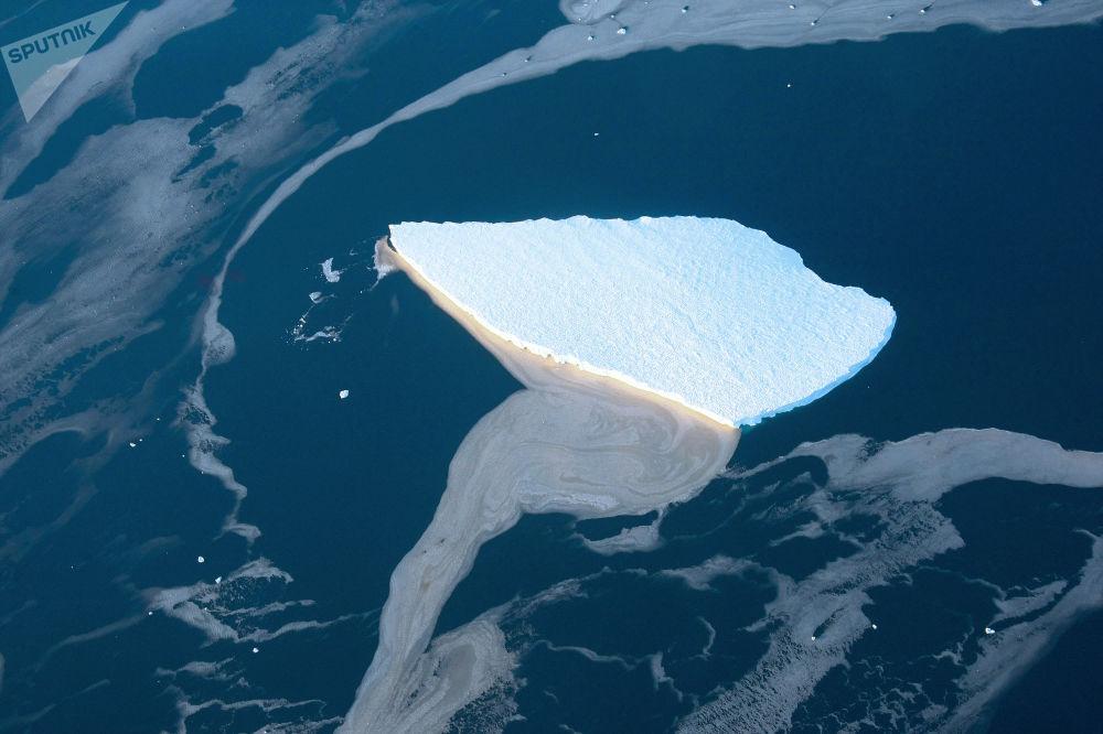 جبل جليدي في بحر لازاريفا قبال سواحل القارة القطبية الجنوبية