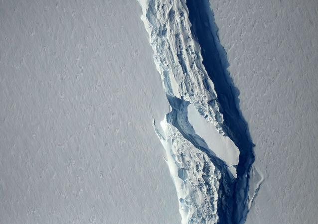 مشاهد القطب الشمالي - صورة لشق جليدي لارسين  س (Larsen C) في شبه جزيرة أنتاركتياك (القطب الجنوبي)، 10 نوفمبر/ تشرين الثاني 2016