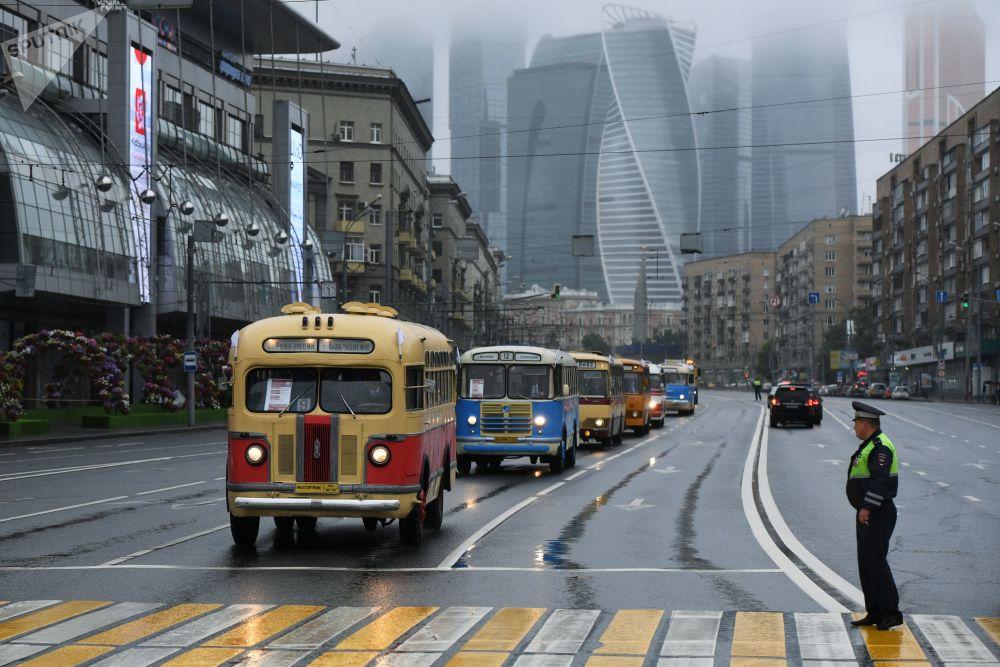 قافلة من الحافلات القديمة (ريترو حافلات، حافلة ЗиС-155) أثناء مرورها وسط موسكو، وذلك بمناسبة يوم الموااصلات في موسكو.