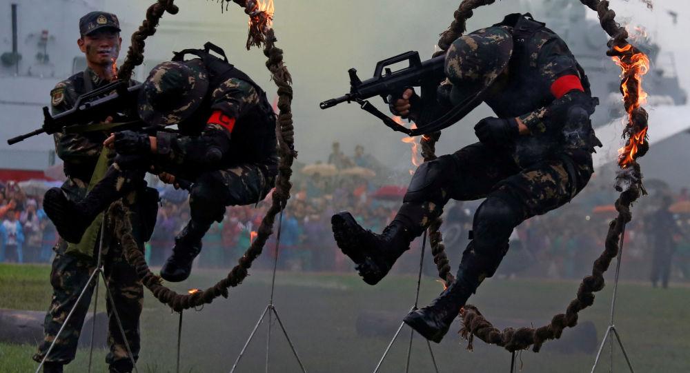 قوات جيش التحرير الشعبي الصيني خلال اليوم المفتوح في قاعدة هونغ كونغ البحرية، الصين 8 يوليو/ تموز 2017