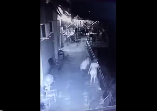 رجل يلقي بزوجته من أعلى الشرفة