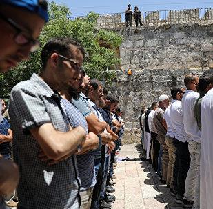 مقدسيون يصلون في الشارع بعد غلق الأقصى