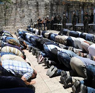 عشرات المقدسين يؤدون الصلاة في شوارع القدس