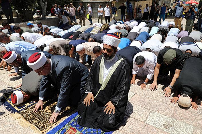 مصلون في شوارع القدس