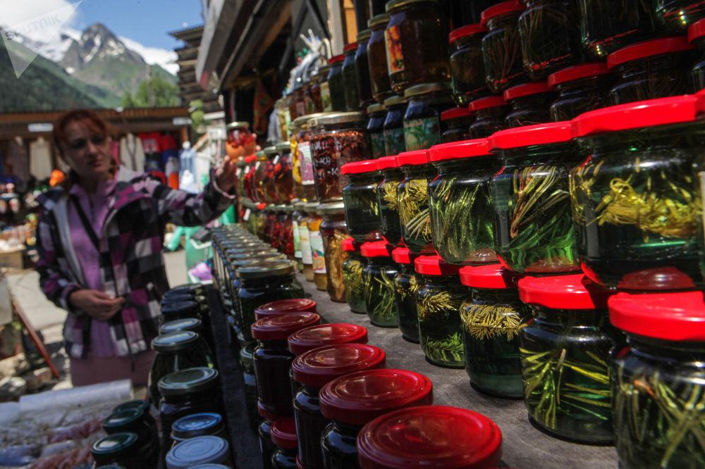 بيع المربى في سوق قرية دومباي في قراتشاي - تشيركيسيا شمال القوقاز، روسيا الاتحادية