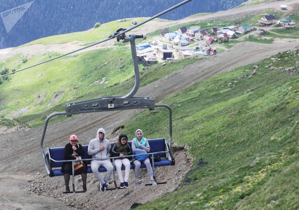 سياح في منتجع دومباي الجبلي في قراتشاي - تشيركيسيا شمال القوقاز، روسيا الاتحادية