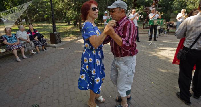السياحة في القرم - مواطنان يرقصان في ساحة  ساكي