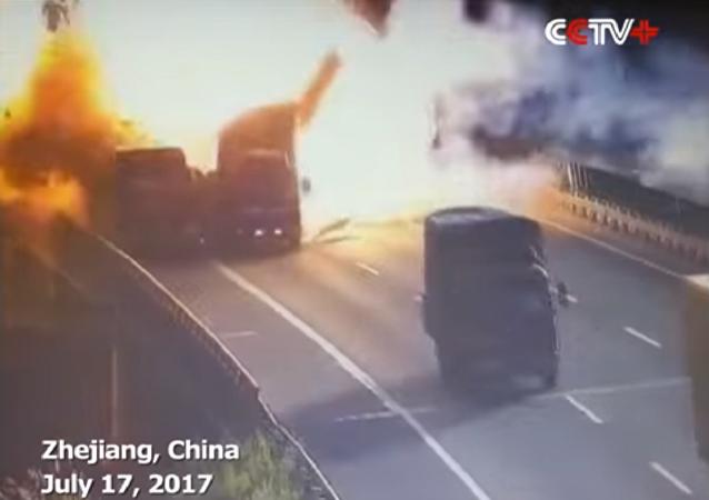 انفجار هائل لحظة تصادم شاحنتين