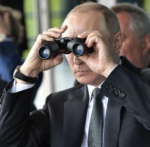 الرئيس الروسي فلاديمير بوتين خلال زيارته لمعرض ماكس – 2017 الدولي لمعدات الفضاء والطيران في منطقة جوكوفسكي في ضواحي موسكو