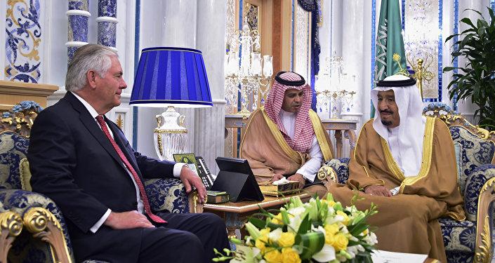 صورة جماعية لوزير الخارجية الأمريكية ريكس تيلرسون وملك السعدوية سلمان بن عبدالعزيز في جدة، المملكة العربية السعودية