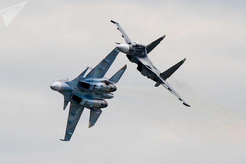المقاتلتان الروسيتان سو-30 اس ام خلال العرض الجوي في معرض الطيران الدولي ماكس-2017