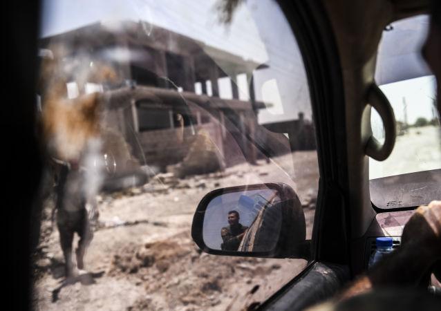 عناصر القوات الديموقراطية السورية في الجبهة الشرقية لمدينة الرقة، سوريا 19 يوليو/ تموز 2017