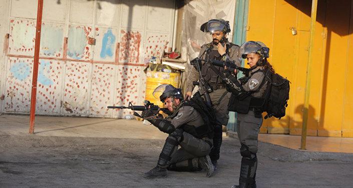 قوات الشرطة الإسرائيلية عند حاجز قلنديا الفاصل بين القدس ورام الله، الضفة الغربية، فلسطين 19 يوليو/ تموز 2017