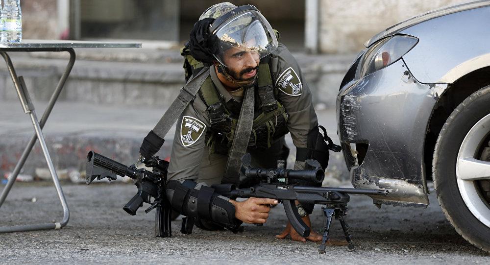 قوات الشرطة الإسرائيلية تطلق النار على المتظاهرين الفلسطينيين في حاجز قلنديا بالقرب من مدينة رام الله، الصفة الغربية، فلسطين، 19 يوليو/ تموز 2017