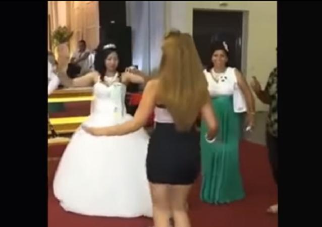 فتاة تخلع حذاءها وترقص أمام عروس حبيبها السابق لإغاظتها
