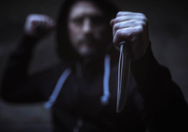رجل يحمل سكين
