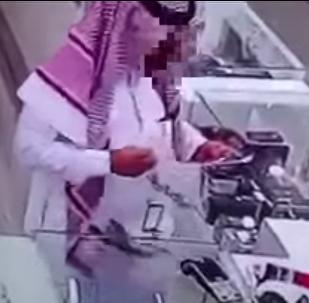 مواطن خليجي يسرق محل جوالات بطريقة مبتكرة