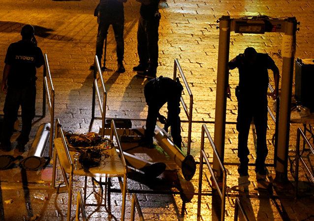 القوات الإسرائيلية تزيل البوابات الإلكترونية على أبواب الأقصى