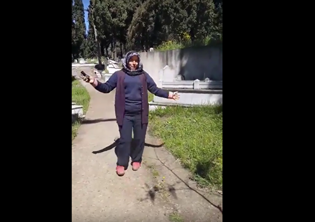 تركية ترقص في مقبرة