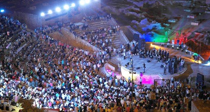 حلب تتحدى الظلام ... وتغني للحب والسلام ...
