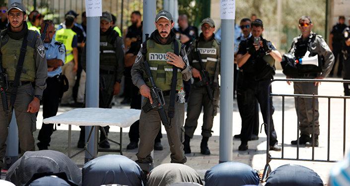 مقدسيون يؤدون الصلاة في شوارع القدس رفضا للإجراءات الإسرائيلية تجاه المسجد الأقصى