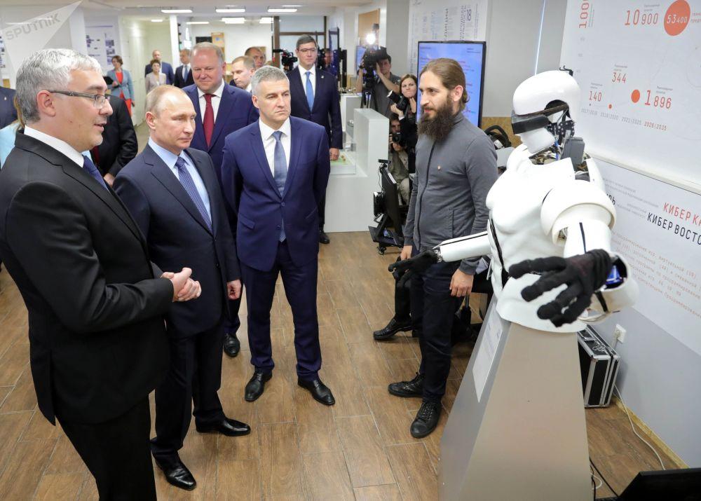 الرئيس الروسي فلاديمير بوتين يزور معرضا لمشاريع وكالة المبادرات الاستراتيجية