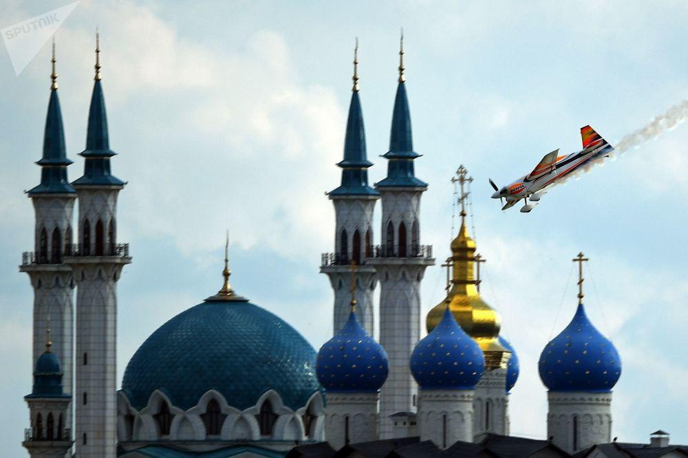 الطيار خوان فيلاردي (إسبانيا) خلال عرض جوي لبطولة العالم ريدبول آير ريس لبلطيران في قازان