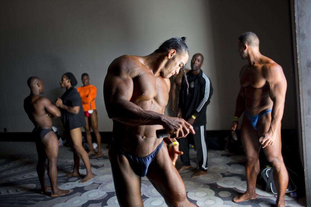 .لاعب كمال الأجسام خوسيه سولانو وراء الكواليس مع منافسين آخرين قبل بدء المنافسة بين هايتي وجمهورية الدومينيكان في بورت-أو-برنس في هايتي. وقد نظم هذا الحدث اتحاد الدومينيكان لكمال الأجسام ومجموعة كمال الأجسام الهايتية لدعم هذه الرياضة وجعلها أكثر سهولة فى هايتى، حيث تكافح مجموعة من لاعبي كمال الأجسام ليصبحوا محترفين فى بلد يقبض فيه الشخص عنما لا يزيد عن دولارين في اليوم الواحد.