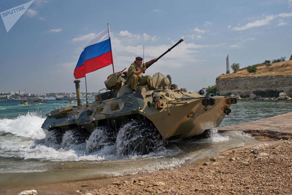 الدبابة بي تي ار 82أ خلال التدريبات في بروفة العرض العسكري المخصص ليوم البحرية الروسية في سيفاستوبل، روسيا