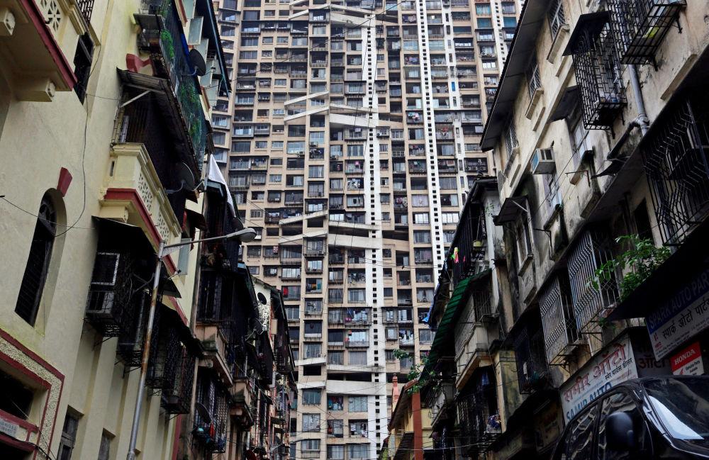 برج سكني شاهق خلف مباني سكنية قديمة في مومباي، الهند 24 يوليو/ تموز 2017