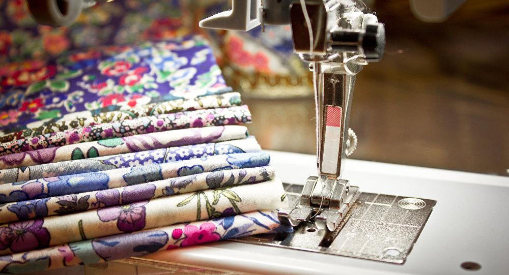 آلة الخياطة والقماش الملون