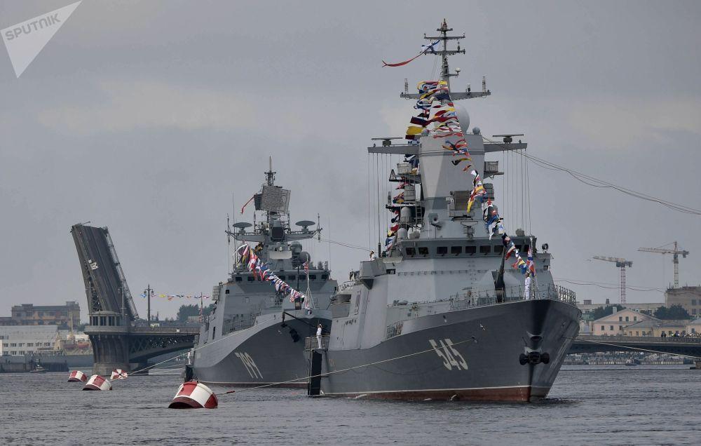 سفية حربية  دورية من نوع كورفيت ستويكي (صامد)، وسفينة إنزال أكولا (قرش) خلال العرض العسكري البحري في سان بطرسبورغ، روسيا