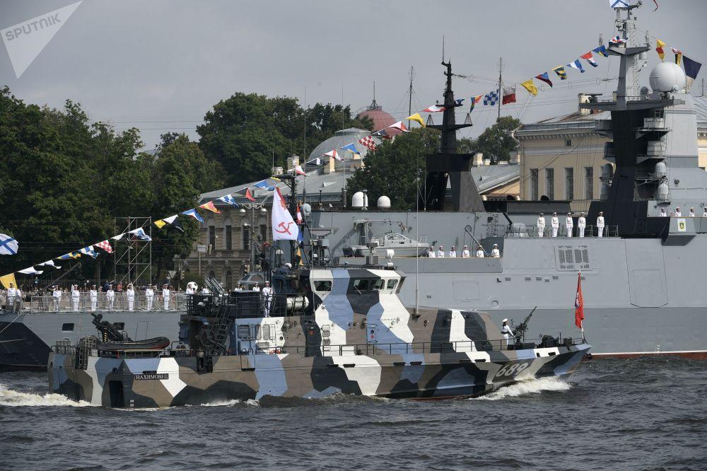 زورق حربي ناخيموفيتس، مضاد للتخريب، خلال مشاركته في العرض العسكري البحري بمناسبة يوم قوات البحرية الروسية في سان بطرسبورغ، روسيا