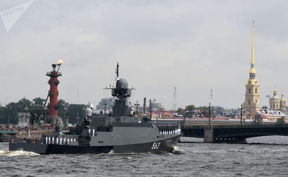 زورق الصواريخ الصغيرة سيرباخوف خلال العرض العسكري البحري تكريما للقوات البحرية الروسية في سان بطرسبورغ، روسيا