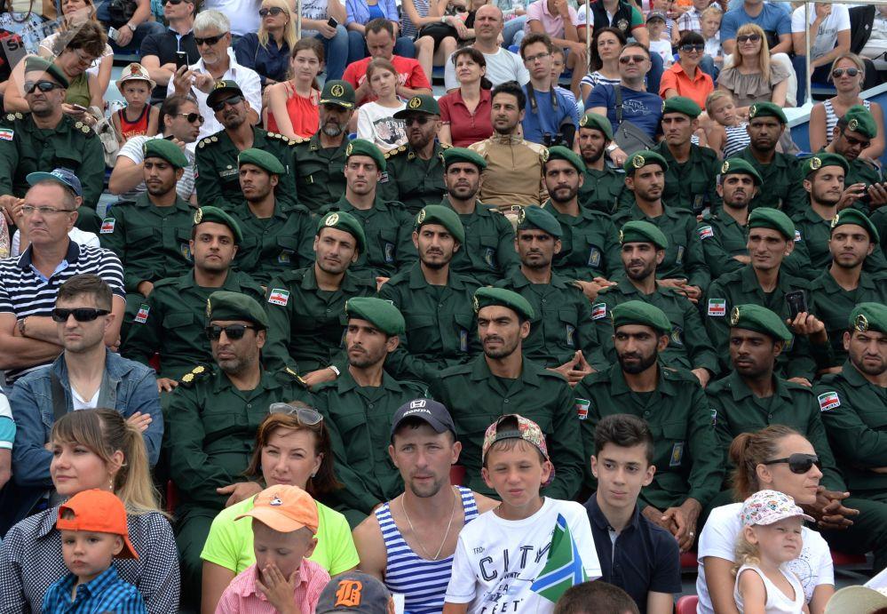 مشاة البحرية الإيراننية ضمن الحضور في مراسم  الاحتفال بيوم القوات البحرية الروسية في فلاديفوستوك، روسيا