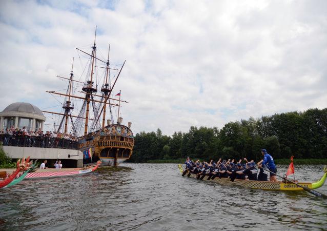 أعضاء قوارب التنين سباق قوارب بطرس في فورونيج، بمناسبة يوم البحرية الروسية
