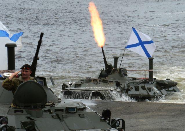 إنزال كتيبة قوات المركبات الهجومية البرمائية بي تي ىر-80 (BTR-80)، والتي تشارك في العرض العسكري البحري بمناسبة يوم القوات البحرية الروسية في فلاديفوستوك، روسيا
