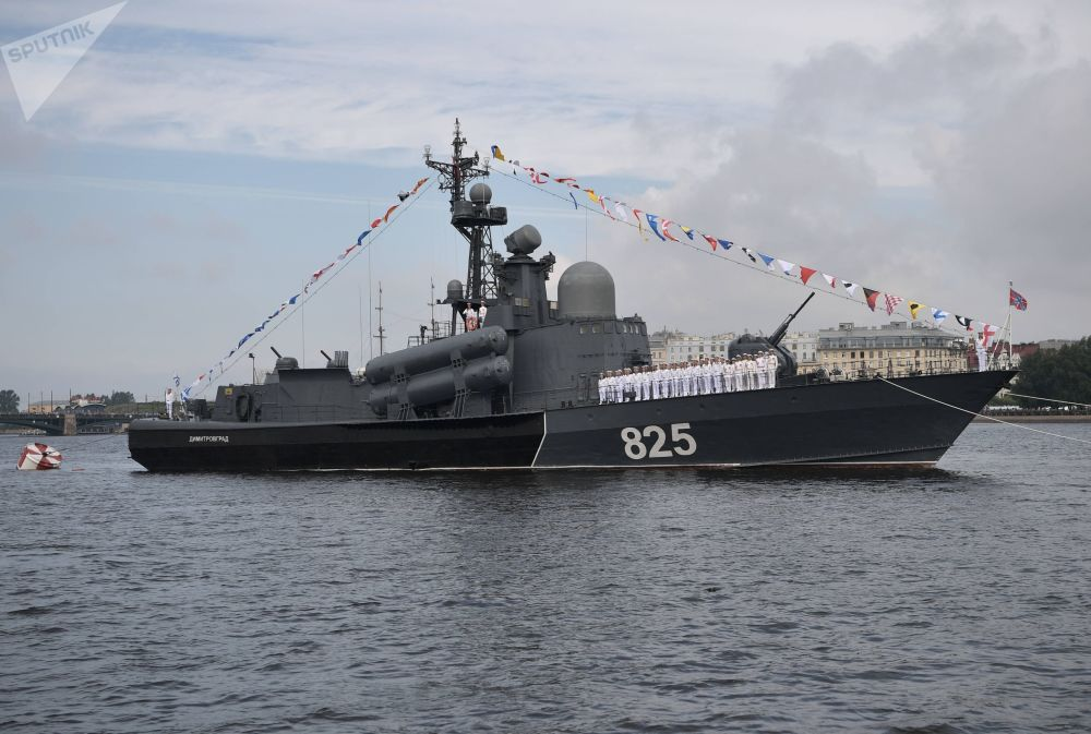زورق صواريخ الكبير ديميتروفغراد خلال العرض البحري العسكري تكريما للقوات البحرية الروسية في سان بطرسبورغ، روسيا