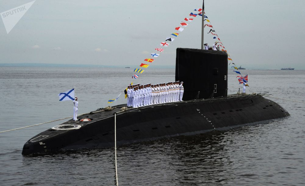 الغواصة الروسية فارشافيانكا، غواصة ديزل كهربائية، تشارك في موكب العرض العسكري البحري في فلاديفوستوك
