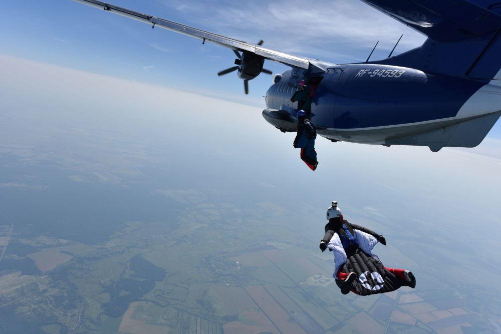 الرياضيات الروسيات لحظة القفز من الطائرة للطيران بالزي المجنح