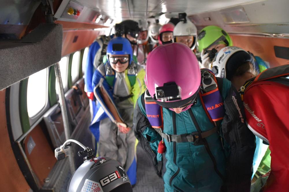 الرياضيات الروسيات قبيل القفز من الطائرة للطيران بالزي المجنح
