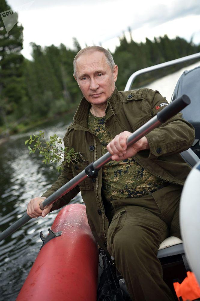 الرئيس فلاديمير بوتين على متن قاربه في منطقة سلسلة من البحيرات الجبلية في جمهورية تيفا، روسيا (1-3) أغسطس/ آب)