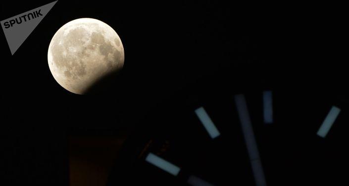 القمر الدموي ويظهر جزئيا في غروزني، الشيشان