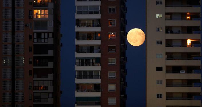 القمر الدموي ويظهر جزئيا في مالقة، إسبانيا