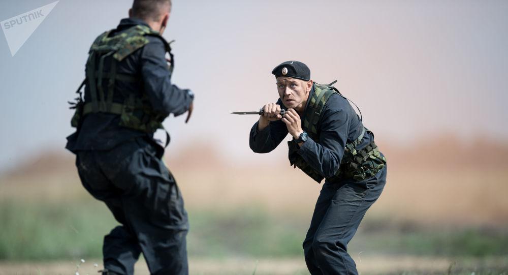 عسكريون خلال مسابقة ريمبات (Рембат) في مقاطعة أومسك، لعرض مهارة محترفي صيانة المركبات العسكرية والمدرعات الخاصة. وذلك في إطار مسابقة الألعاب العسكرية الدولية أرميا-2017 في روسيا.