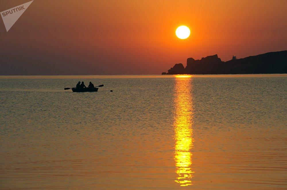 سياح يستمتعون بمشهد يطل على  بحر آزوف في المنتج السياحي كورورتنوي