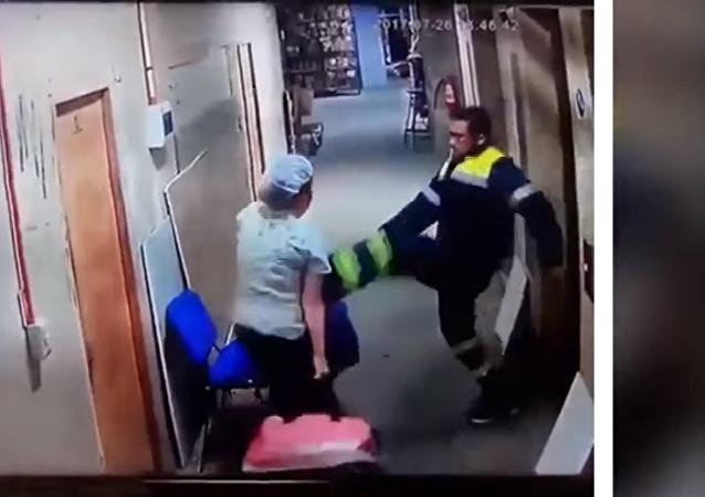 طبيب يرفس ممرضة حامل على بطنها