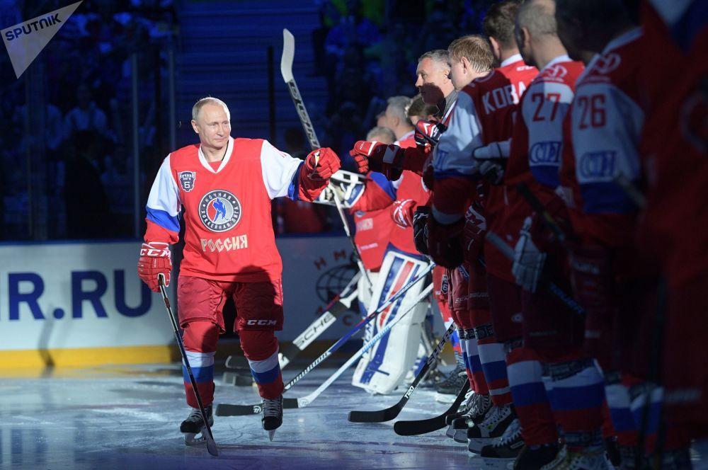 الرئيس الروسي فلاديمير بوتين يمارس رياضة الهوكي في سوتشي