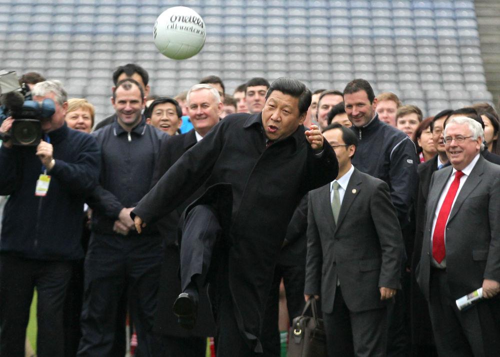 الرئيس الصيني شي جين بينغ يركل كرة القدم