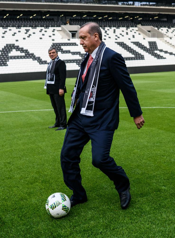 الرئيس التركي رجب طيب أردوغان يركل كرة القدم